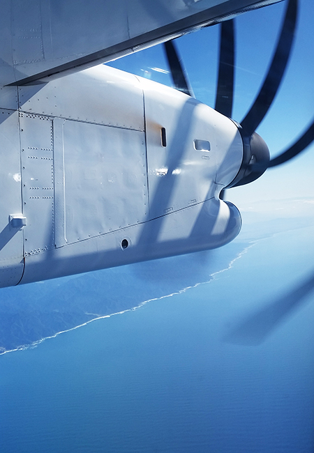 ボンバルディア機の窓から